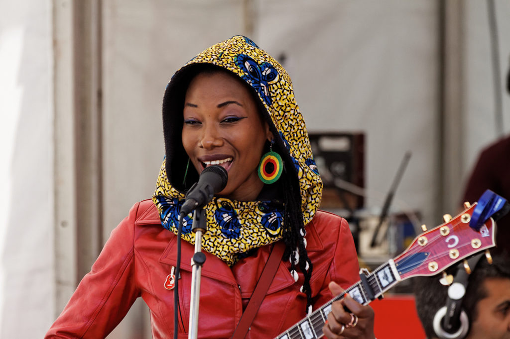 Fatoumata_Diawara_-_Festival_du_Bout_du_Monde_2012_-_001